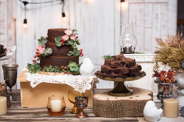 木製のテーブルに積み上げられたチョコレートブラウニー