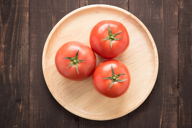 古い木製のテーブルの上のトップショットトマト