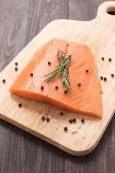 Свежий лосось с перцем на деревянном столе