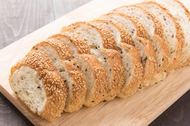 木製のテーブルに新鮮な全粒粉パン