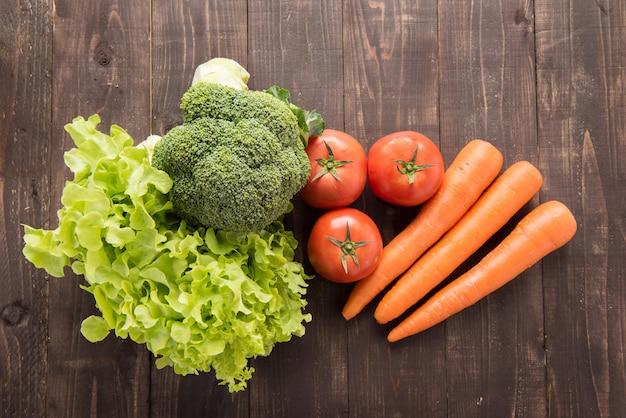 木製のテーブルに新鮮な野菜のセット。