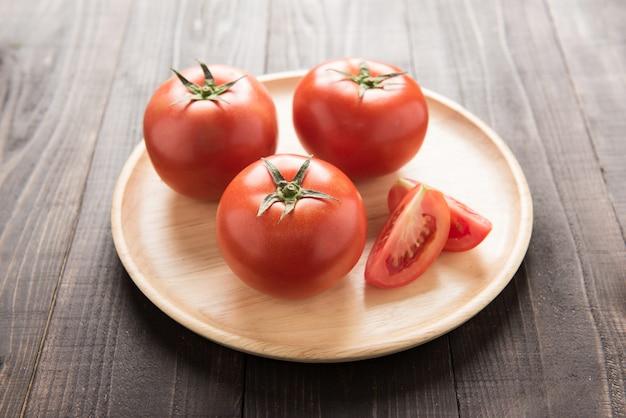 古い木製のテーブルの上のトマト