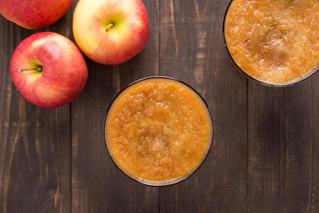 木製の背景に平面図赤いリンゴのスムージー