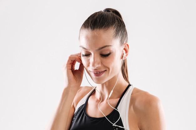 Крупным планом портрет молодой красивой женщины фитнес