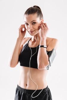 Портрет радостной женщины фитнеса в спортивной одежде