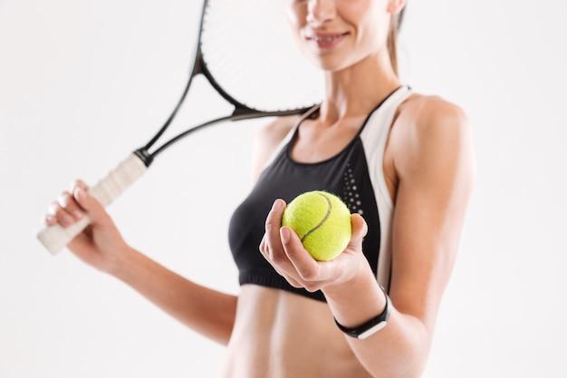 Улыбающийся теннисист молодой женщины