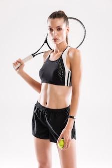 Портрет концентрированной стройной женщины в спортивной одежде