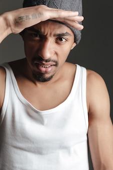 Красивый африканский человек изолированный над серым цветом.