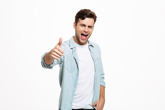Портрет улыбающегося молодого человека, стоящего