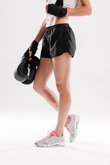 Молодая спортсменка стоит
