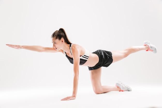 運動中にバランスを保持している健康的なフィットスポーツウーマンの肖像画