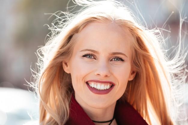 野外を歩いて幸せな若い白人女性