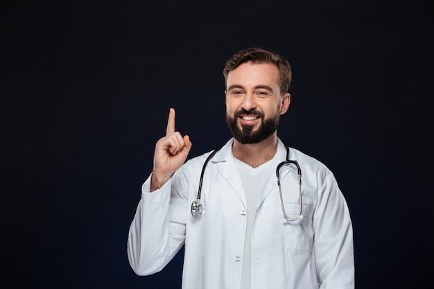 Портрет счастливого мужского доктора