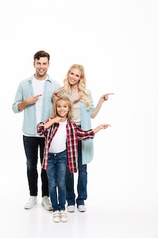 Полная длина портрет веселой молодой семьи