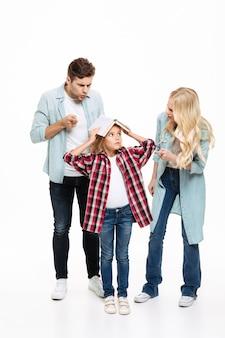 持っている家族の完全な長さの肖像と議論