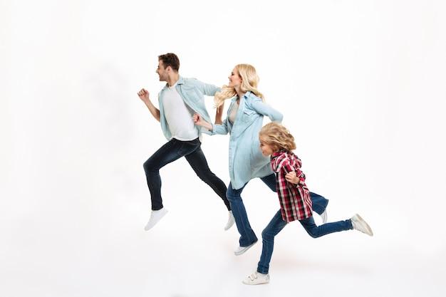 Полная длина портрет молодой современной семьи