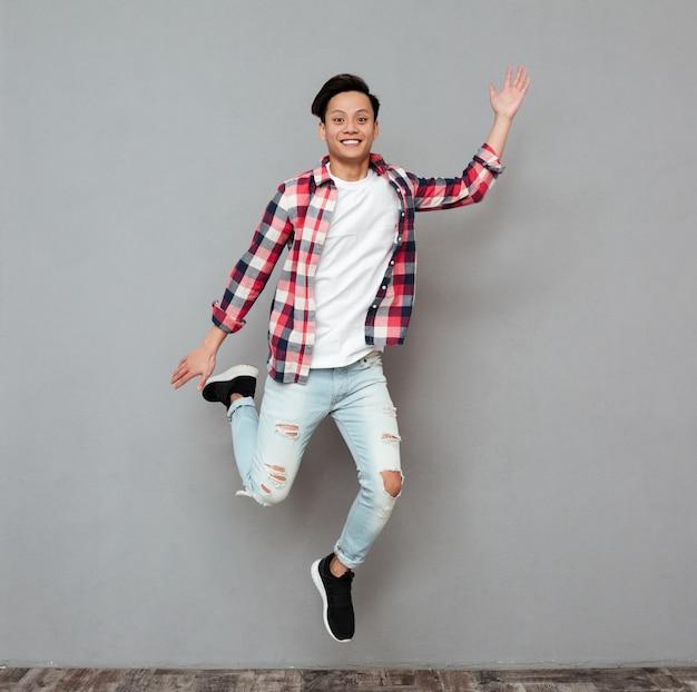 若いアジア人をジャンプします。