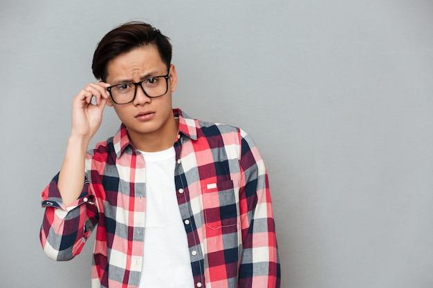 Смущенный молодой азиатский человек