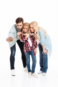 Полная длина портрет красивой молодой семьи