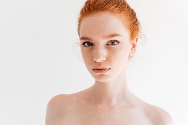 Крупным планом портрет красоты голая рыжая женщина ищет