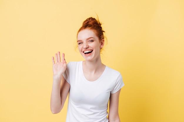 手を振っている生姜女性を笑ってください。