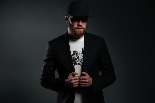 Портрет стильного бородатого мужчины носить пиджак и солнцезащитные очки