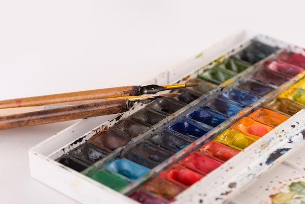 Изображение краской ведра и кисти изолированы