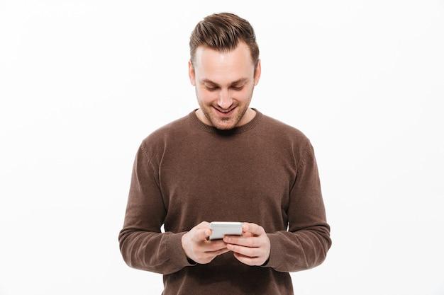 携帯電話でチャットハンサムな若い男