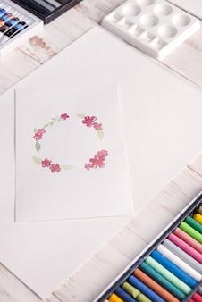Дизайнерская рамка с цветами, нарисованная акварелью на бумаге