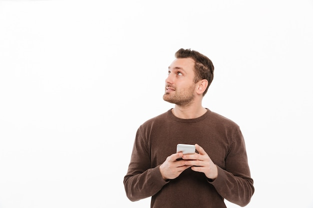 Красивый молодой человек в чате по мобильному телефону