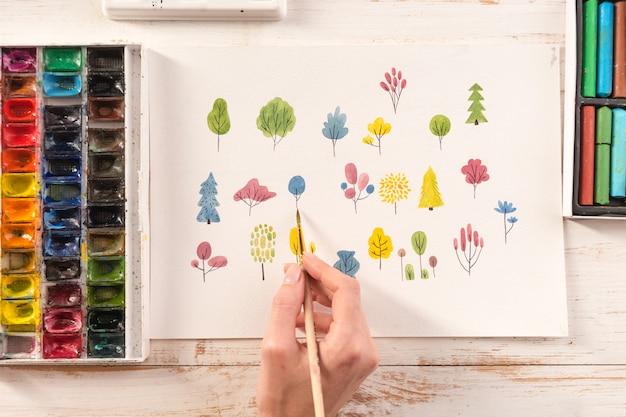 Крупным планом различных красочных цветов дизайн природы окрашены кистью и акварелью на бумаге