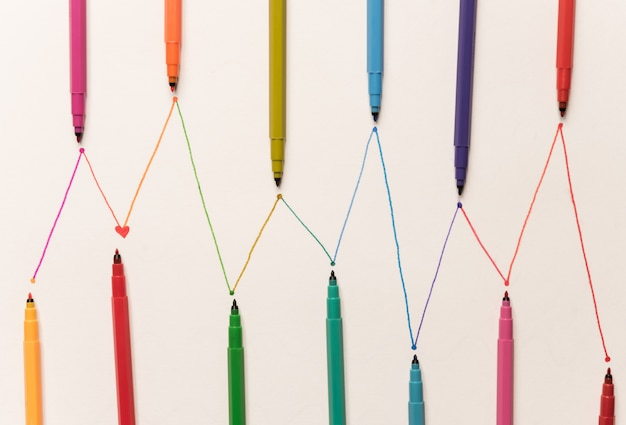 Линии для расписания расписаны разноцветными маркерами на белой бумаге