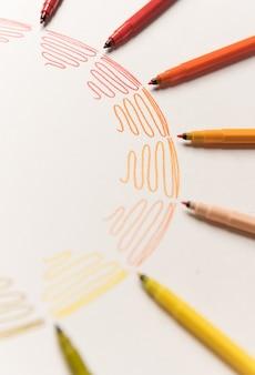 Круг с различными красочными штрихом окрашены маркерами на белой бумаге. градиент красочных штрихов. скопируйте место для логотипа, рекламы