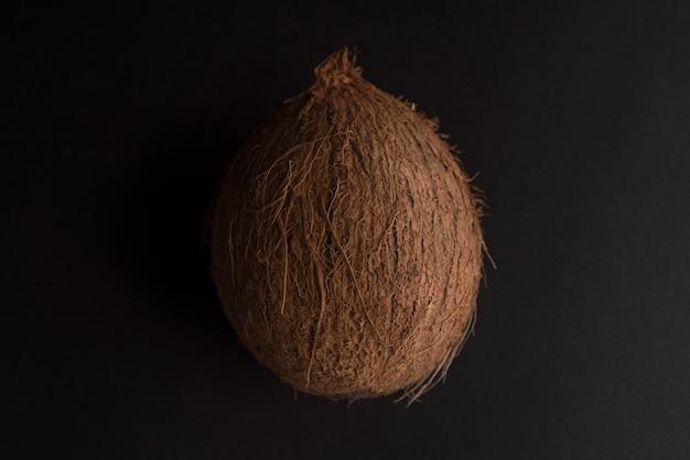 Кокосовый фрукт над черным