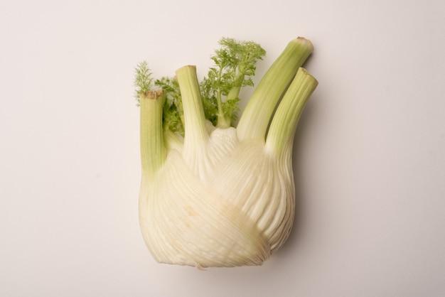 Салат чеснока изолированный над белизной салата вверх