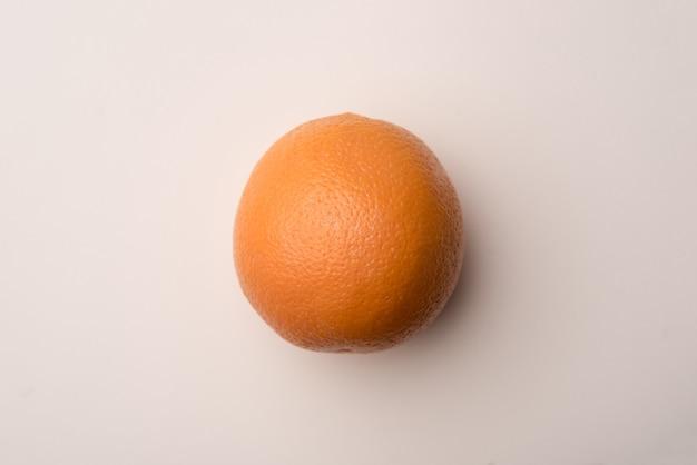上に分離された新鮮なオレンジ色の果物