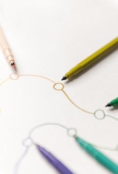 Закройте вверх линейного маршрута с точками покрашенными с красочными отметками на белой бумаге. место для логотипа, заголовков