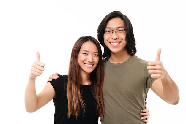 笑顔の若いアジアのカップルの肖像画