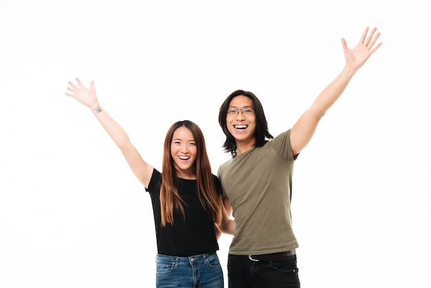 立っている幸せな陽気なアジアカップルの肖像画