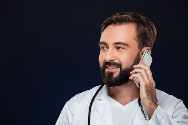 Крупным планом портрет улыбающегося мужского доктора