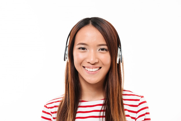 Крупным планом портрет привлекательной молодой азиатской девушки