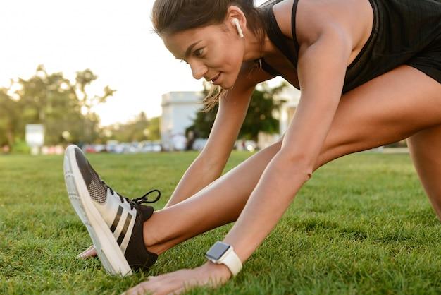 Крупным планом фитнес женщина в наушниках