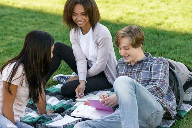 屋外で勉強する学生の笑顔