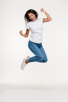 Портрет довольно радостная женщина прыгает