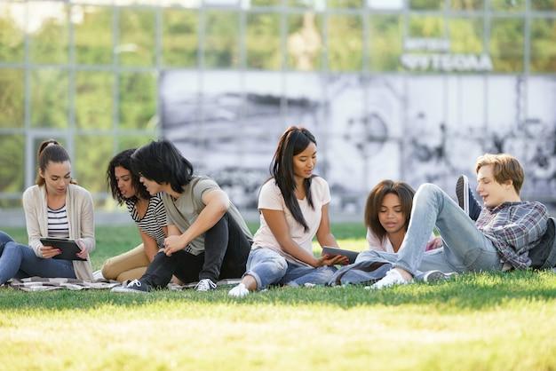 屋外で勉強している学生を集中しました。