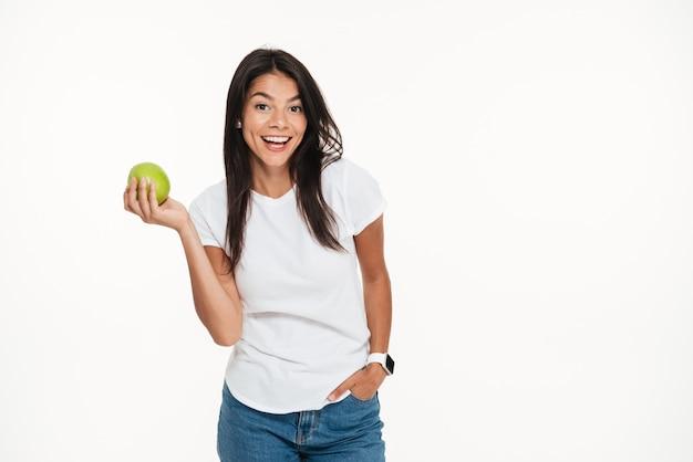 Портрет счастливой здоровой женщины, держащей зеленое яблоко