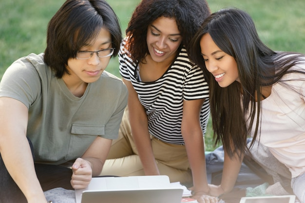 勉強している多民族の学生の幸せなグループ