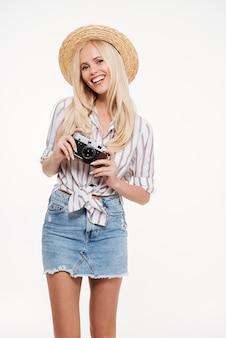 帽子の魅力的な若い女性の肖像画