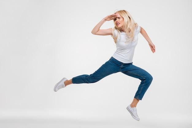 Портрет красивой женщины, прыжки и глядя
