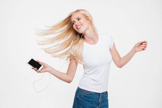 長いブロンドの髪を持つ若い笑顔の女性の肖像画